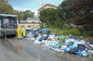 Cumuli di rifiuti a Porto Empedocle per lo sciopero dei netturbini Iniziata la pulizia straordinaria chiesta dal sindaco alla Realmarina